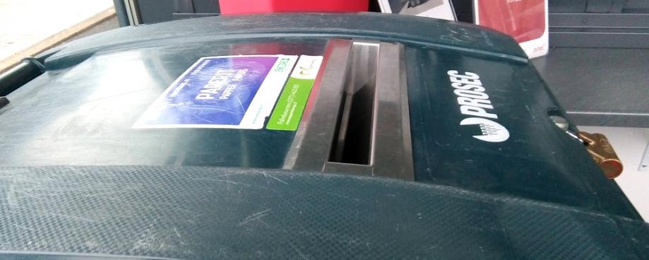 Asiakas voi Kontiosuon jätekeskuksen asiakaspalvelussa itse laittaa luottamuksellisija tietoja sisältäviä papereita tuhottaviksi tietoturvasäliöön.